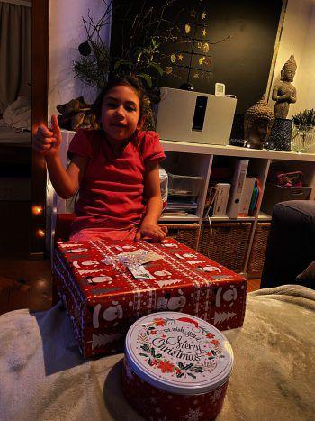 """<p class=""""caption"""">Auch Ella durfte sich ein Geschenk aussuchen.</p>"""
