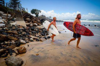 <p>Byron Bay. Hang loose: Zwei australische Surfer feuern sich auf die ersten Wellen nach tagelangen heftigen Unwettern.</p>
