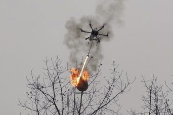 <p>Chongqing. Feurig: In China wird mit fliegenden Flammenwerfern gegen Wespennester vorgegangen.</p>