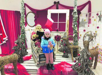 Der kleine Sonnenschein Anna Maria hat sich zum Weihnachtsmann gesellt. Gratulation, du kannst dir in einer der vielen Geschäften etwas Tolles aussuchen!