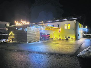 """<p class=""""caption"""">Die Familie Hörmanseder aus Nofels punktet mit einem weihnachtlichen Farbenspiel.</p>"""