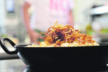 """<p class=""""caption"""">Die Kässpätzle vom Brunellawirt – das perfekte Gericht und die ideale Stärkungfür anspruchsvolle Skitage. Wer kann dem schon widerstehen? Foto: handout Brunellawirt</p>"""