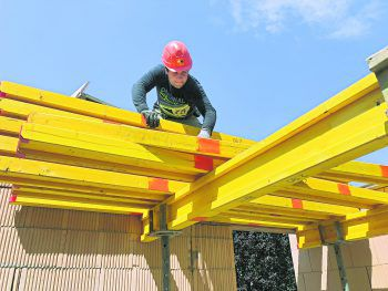 Ein Job mit ganz viel Abwechslung: Schwindelfrei sollte man auf dem Bau auf jeden Fall sein, um die Arbeiten in der Höhe erledigen zu können.Foto: handout/Wilhelm+Mayer Bau