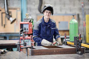 """<p class=""""caption"""">Einer der vielen Aufgaben eines Metalltechnikers ist es, die Oberfläche der Werkstücke zu behandeln. Fotos: handout/illwerke vkw</p>"""