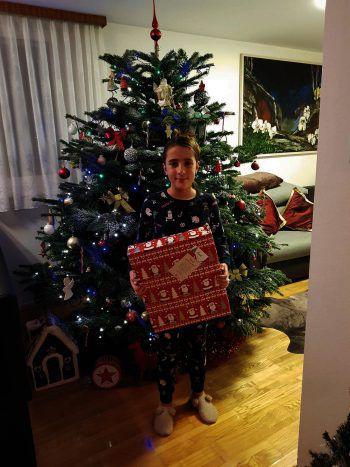 """<p class=""""caption"""">Auch Sarah durfte sich über ein Geschenk freuen.</p>"""