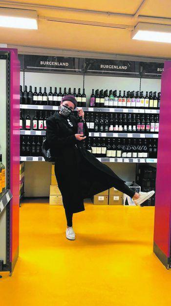 """<p class=""""caption"""">Elsa überzeugte uns mit einem kleinen Reim und ihrem Foto: """"Ach wie glücklich würd' ich sein, hätt' ich einen Gutschein, um zu bezahlen ein oder zwei Flaschen Wein! Fotos: privat</p>"""