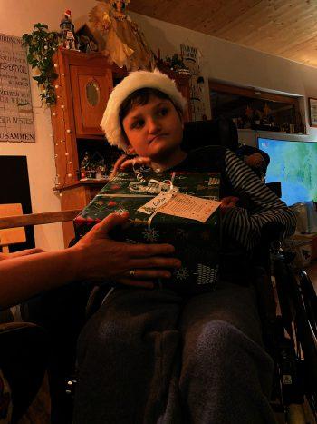 """<p class=""""caption"""">Emilian mit seinem Geschenk.</p>"""