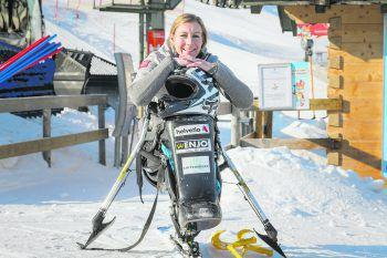 """""""Das war es noch nicht für mich!""""             Heike Eder, Monoski-Profi und Bundesratsabgeordnete, inkomplette Querschnittslähmung: """"Mit 18 erlitt ich während des Skirennlauf-Trainings einen Unfall. Anfangs hieß es, ich würde nie wieder laufen können. Jedoch hatte ich von Anfang an das Gefühl: Das war es noch nicht für mich! Meine Leidenschaft zum Ski-Sport wollte ich nicht aufgeben. Schon in der Saison nach dem Unfall begann ich Mono-Ski zu lernen, fuhr Jahre später erste Rennen. Mein größter sportlicher Erfolg war meine Bronze-Medaille bei den Paralympics 2018. Auch privat habe ich mein Glück gefunden: Mein Mann und ich durften letztes Jahr unseren Sohn begrüßen. Durch hartes Training und viel Glück verbanden sich auch einige Nerven im Laufe der Zeit wieder. So kann ich meinen Alltag mittlerweile größtenteils mit Krücken bewältigen."""" Foto: Stiplovsek"""