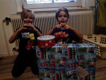 Geschenke und Kekse: W&W-Patenkind Kian (re.) und sein Bruder Lion freuten sich ganz besonders über die Lekcereien von MO Catering und das Present von Interspar.