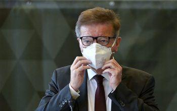 Gesundheitsminister Rudolf Anschober übt bereits das Tragen der Maske in Innenräumen ...Foto: APA