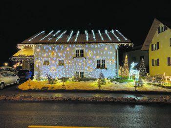 """<p class=""""caption"""">In Rankweil sticht ein Haus ganz besonders hervor, denn es ist nicht nur unglaublich hell erleuchtet, sondern auch mit viel Liebe festlich dekoriert. Dieser weihnachtliche Zauber ist der Familie Gohm zu verdanken. Rainer Gohm hat seine Weihnachtsbeleuchtung zudem selbstständig und energiesparend gefertigt.</p>"""