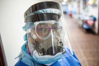 <p>Lima. Erschöpft: Eine peruanische Intensivmedizinerin beendet ihren langen Arbeitstag.</p>