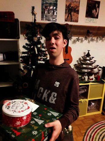 """<p class=""""caption"""">Lukas freute sich über das Geschenk.</p>"""