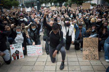 """Mai 2020. """"Black Lives Matter"""": Der Afroamerikaner George Floyd stirbt bei seiner Festnahme in Minneapolis. Unter dem Motto """"Black Lives Matter"""" kommt es in den USA und auch weltweit wochenlang zu Massendemonstrationen gegen Polizeigewalt und Rassismus."""