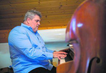 """""""Man lernt das Handicap nicht nur zu akzeptieren, sondern auch anzunehmen""""             George Nussbaumer, Musiker und Komponist, von Geburt an blind: """"Wenn man mit gewissen Umständen schon sein Leben lang konfrontiert wird, nimmt man diese nicht wirklich als Beeinträchtigung wahr. Man lernt das Handicap nicht nur zu akzeptieren, sondern auch anzunehmen. Wenn man etwas will, setzt man alle Hebel in Bewegung, um es auch zu erreichen. Natürlich muss es dennoch im Rahmen der eigenen Möglichkeiten liegen. Als Pilot hätte ich beispielsweise vermutlich niemals Karriere gemacht (lacht). In Zeiten von Corona sind plötzlich alle Menschen gleichermaßen in ihrem Tun und Sein 'beeinträchtigt'. Der einzige Unterschied zu einem körperlichen oder geistigen Handicap liegt darin, dass sie grundsätzlich nach wie vor zu allem in der Lage wären. Eingeschränkt werden sie alleine durch die Umstände, durch die Regierungs-Maßnahmen, durch Corona. In diesem Fall kann die Situation nicht wirklich angenommen werden, höchstenfalls akzeptiert. Es gilt weiterhin durchzuhalten!"""" Foto: Roland Paulitsch"""
