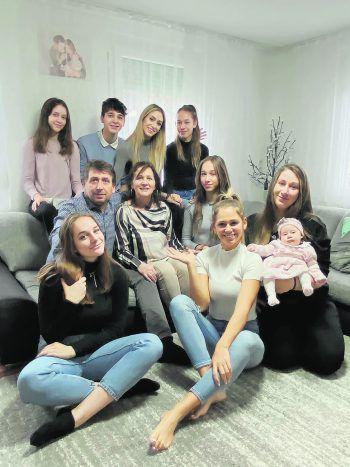 Maria (1. Reihe, m.) umgeben von ihrer Großfamilie.  Fotos: handout/Maksimovic