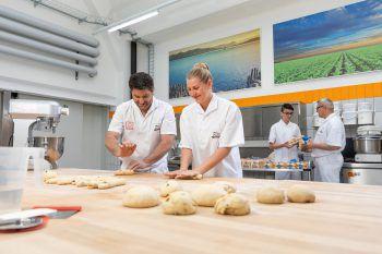 Mit dem QR-Code (links im Bild) kommt man direkt auf die Ausbildungsseite der Meisterbäckerei Ölz.Foto: Weißengruber