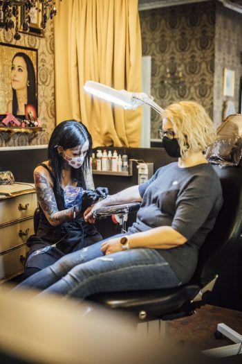 """<p class=""""caption"""">Patricia zuckte nicht einmal mit der Wimper und ließ sich tapfer ihr Tattoo stechen.</p>"""