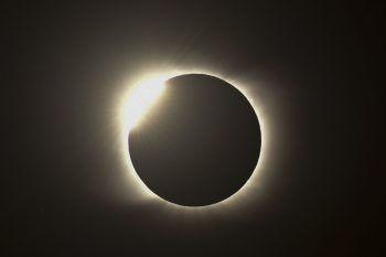 """<p>Piedra del Aquila. Spektakulär: Dieses Bild zeigt den """"Diamantring-Effekt"""" während einer totalen Sonnenfinsternis in Argentinien.</p>"""