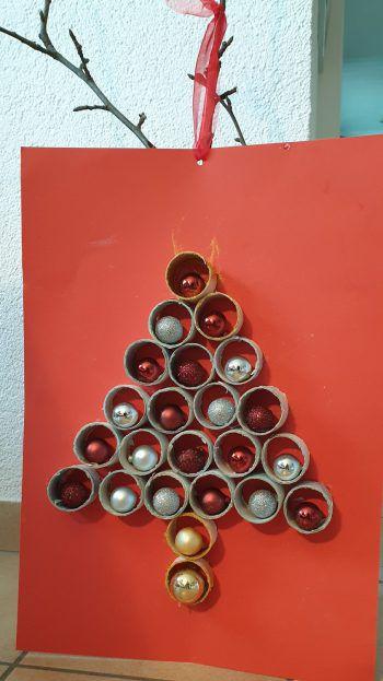 """<p class=""""caption"""">Pius hat uns diesen tollen Weihnachtsbaum gebastelt.</p>"""