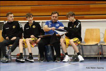 "<p class=""caption"">Taktikbesprechung mit Trainer Zafir Bahic.</p>"