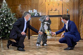 Wien. Babyelefant: Ein Kind, verkleidet als Elefant, mit Bundeskanzler Sebastian Kurz (r.) und Vizekanzler Werner Kogler.