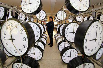 <p>Yantain. Pünktlich: Ein Techniker einer chinesischen Uhrenfabrik sorgt dafür, dass alle Uhren synchron laufen.</p>