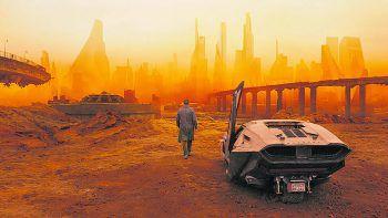 Blade Runner 2049Film, Science-Fiction. Brisante Enthüllungen des LAPD Officers K (Ryan Gosling) führen ihn auf die Suche nach Rick Deckard (Harrison Ford), einem seit 30 Jahren verschwundenen Ex-LAPD-Blade Runner. Der Streifen von Denis Villeneuve läuft ab sofort.