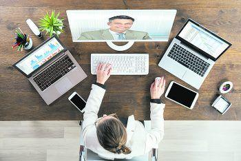 """<p class=""""title"""">               Professionelles Aufreten             </p><p>Sind die Rahmenbedingungen für das virtuelle Interview geschafft, läuft alles wie bei einem persönlichen Gespräch ab. Ein gepflegtes, freundliches Aussehen und das Interesse am Unternehmen sind fundamental. Bereite dir Fragen vor, die du im Interview stellen möchtest und achte auf direkte und klare Antworten. Außerdem solltest du auf unseriöse Profilbilder oder Usernamen verzichten. Am besten eine neue Mail einrichten, wenn deine Adresse Tier- oder Kosenamen beinhaltet. Und das Wichtigste: Bleib authentisch und ehrlich. Lügen nur um einen Job zu ergattern, kann im Nachhinein zu peinlichen und unangenehmen Situationen führen. Auch wenn du den Job nicht bekommen solltest und alles schief läuft – lass dich nicht entmutigen. Wie sagt man so schön? Übung macht den Meister. Und das gilt eben auch bei Vorstellungsgesprächen.Fotos: Shutterstock</p>"""