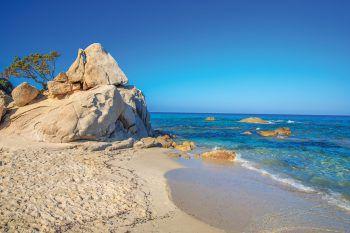 """<p class=""""caption"""">Sardinien bietet die perfekte Kombination aus Traumstränden, wildem Bergland, Sonne und Meer.</p>"""