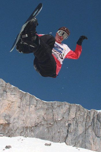 Terje HaakonsenDer Norweger ist eine FreerideLegende. Er war einer der Vorreiter der Snowboard-Szene und machte sich einen Namen, indem er 2005 als erster Mensch den 7601 in Alaska befuhr. Terje boykottierte 1998 die Olympia.