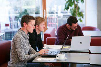"""<p class=""""title"""">               Arbeit und Studium             </p><p>Neben Vollzeit-Studierenden haben Berufstätige die Möglich-keit, in berufsbegleitenden sowie dualen Studiengängen zu studieren.</p>"""