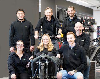 Das neue Team von Zweirad Express Loitz startet im umgebauten Shop durch und berät die Kunden mit fachkundigem Wissen.