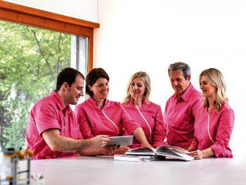 """<p class=""""caption"""">In regelmäßigen Fallbesprechungen werden die Untersuchungsergebnisse und Anliegen des Patienten im Kollegenkreis diskutiert und die Behandlung geplant.</p>"""