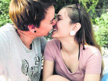 """<p class=""""caption"""">Sarah und Philipp's erster gemeinsamer Urlaub vor sechs Jahren auf Kreta.</p>"""