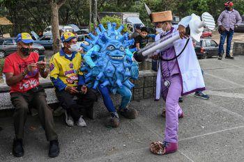 <p>Medellin. Kreativ: Kolumbianische Straßenkünstler machen mit einer einfallsreichen Darbietung auf die Wichtigkeit der Schutzimpfung gegen Covid-19 aufmerksam.</p>