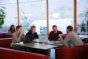 Persönliche Betreuung             Man studiert in kleinen Gruppen und kennt die Mitstudierenden. Ein Betreuungsschlüssel von 1:11 sichert einen regen Austausch mit den Dozierenden.