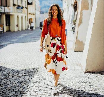 """ 1  Selina trägt eine Strickjacke in Orange der Marke """"FFC"""", Preis: 169 Euro.  2  Dazu kombiniert sie das Top in der selben Farbe. Preis: 89 Euro.  3  Auch der passende Rock darf dazu nicht fehlen: Preis: 139 Euro. Das Outfit von  1 -  3 ist von Schmuckstück Heim Mode Damen.  4  Schicke Tasche für jeden Anlass Preis: 185 Euro.  5  Die weißen Sneaker von """"Paul Green"""": Preis 145 Euro. Tasche und Sneaker gibt es bei Reutterer Schuhe. Fotos: Sams, handout/Baywa"""