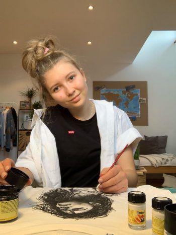 Anna-Julia bei der Arbeit an einem T-Shirt. Zeichnen ist die große Passion der Gymnasiastin aus Sulz. Ihr Traumberuf ist allerdings nicht die Kunst, sondern Medizin.