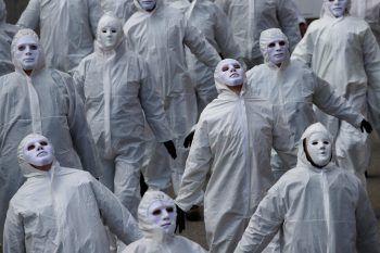 <p>Basel. Unheimlich: Mit weißer Verkleidung protestieren diese Menschen gegen dieCorona-Maßnahmen in der Schweiz.</p>
