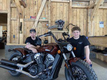 Bei Elmar und Julian ist das Motorrad in den besten Händen.