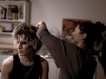 """<p class=""""caption"""">Bibi beim Make-Up für Indie-Künstler Zascha Madeitout.</p>"""