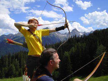 """<p class=""""title"""">               Bogenschießen             </p><p>Bogenschießen ist ein besonderes Erlebnis, ob nur zu Zweit, mit der Familie oder als Gruppe. Zwei Parcoure gilt es im Brandnertal zu entdecken, im Klostertal kann man das Abenteuer Bogenschießen in der Oase K-77 entdecken. Fotos: www.vorarlberg-alpenregion.at</p>"""