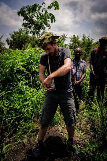 """<p class=""""caption"""">Christian in Togo in Aktion – da war voller Körpereinsatz gefragt! Fotos: handout/Sutterlüty</p>"""