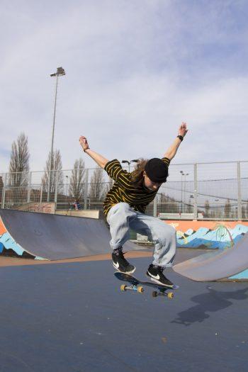 """<p class=""""caption"""">Die 19-Jährige ist leidenschaftliche Skaterin und durfte erst kürzlich in einer Reportage über Skatergirls in Amsterdam mitwirken.</p>"""