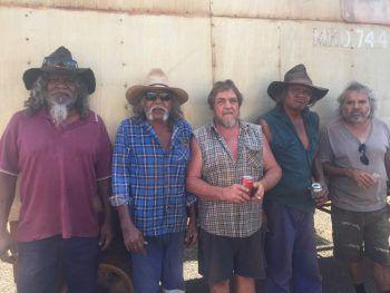 """<p class=""""caption"""">Die Aborigines, Nachfahren der australischen Urweinwohner, sind für Mario Hartmann (Bildmitte) mittlerweile fast schon mehr Brüder, als Freunde.</p>"""