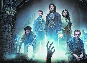 """Sherlock Holmes (Henry Lloyd-Hughes) ist auf Droge, also muss """"Die Bande aus der Baker Street"""" ermitteln. Bild: Netflix"""