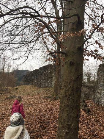 Die Sigberg-Ruine lädt zum Erforschen und Erkunden ein. Fotos: handout/The Sunny Side of Kids/D'Errico
