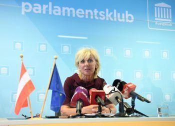 Die stellvertretende ÖVP-Generalsekretärin und Gesundheitssprecherin Gaby Schwarz fordert umgehende Suspendierungen im Gesundheitsministerium.Symbolfoto: APA