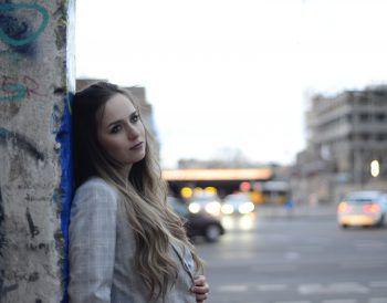 """<p class=""""caption"""">Dieses Foto zeigt Nina Netzer bei der Berliner Mauer in einer ihrer Lieblings-Städte.</p>"""